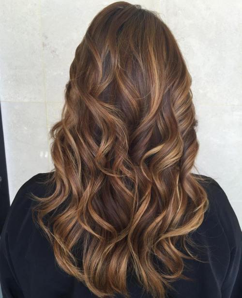 60 Sieht mit Karamell-Highlights auf braunem und dunkelbraunem Haar aus