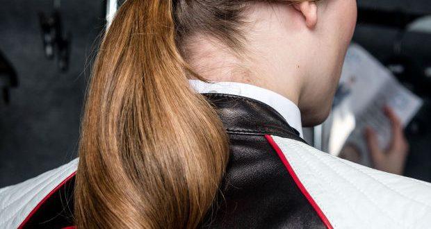 Wie man eine federleichte Pferdeschwanz-Frisur für die Arbeit macht