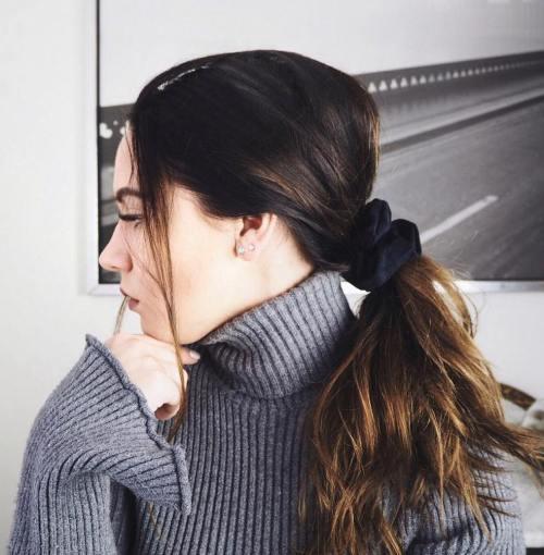 The Hair Scrunchie Trend ist zurück und hier ist, wie man es annimmt