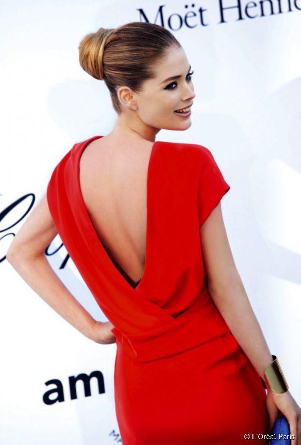Die perfekte Frisur für ein rückenfreies Kleid: schlankes Chignon-Tutorial