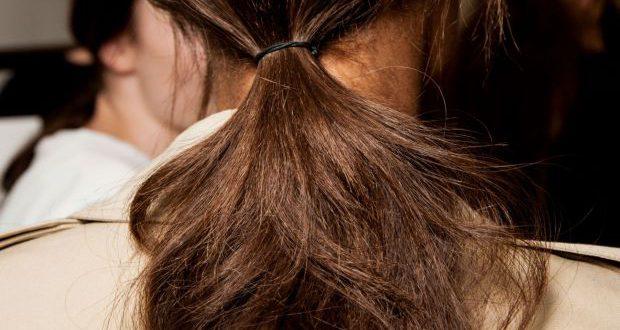 Einfaches alternatives Pferdeschwanz-Tutorial: Das tun alle Frisur