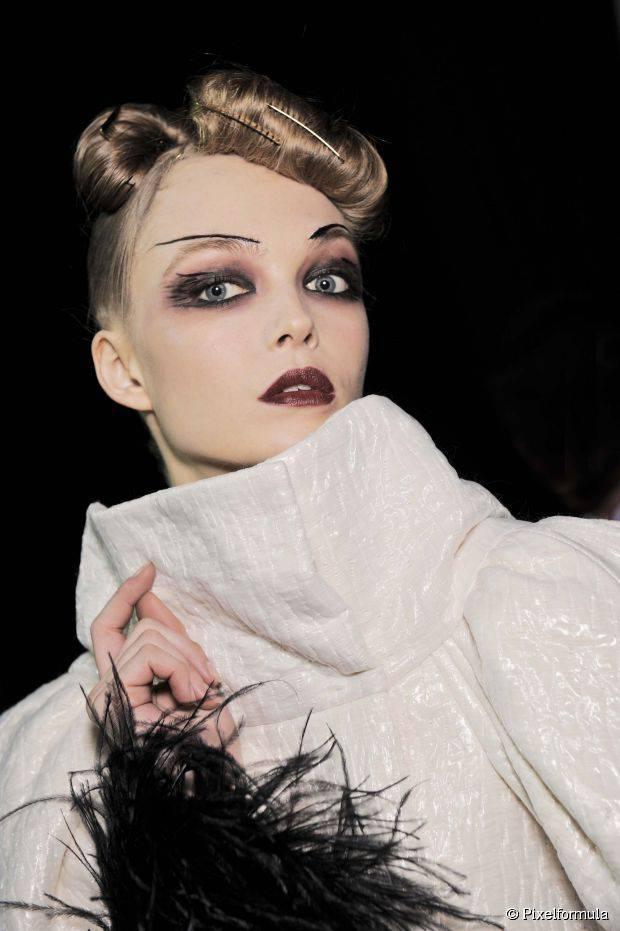Einfache und ehrfürchtige Halloween-Frisuren für Frauen