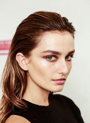 Sleek Hair vs Wet Look: Wie würden Sie Ihr loses Haar tragen?