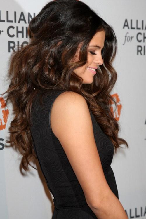 Selena Gomez Frisuren - 20 beste Haar-Ideen für dickes Haar