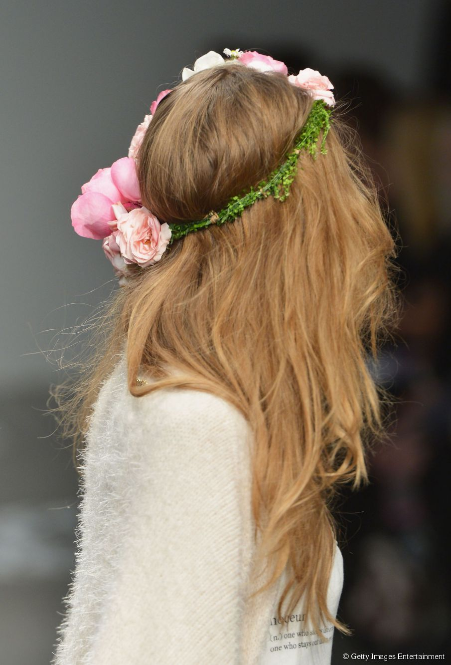 3 Möglichkeiten, Blumen in Ihrem Haar zu tragen