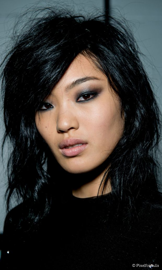Mittellanges geschichtetes Haar Tutorial: unordentliche Bett Kopf Textur