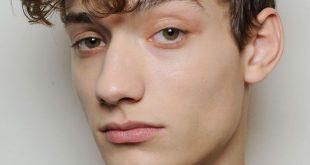 Mittellanges lockiges Haar Tutorial für Männer: Seitenteil