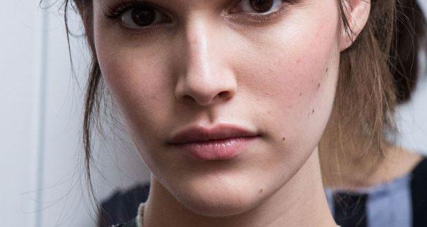 Urlaub Frisur Hack: Tragen Sie ein Stirnband!