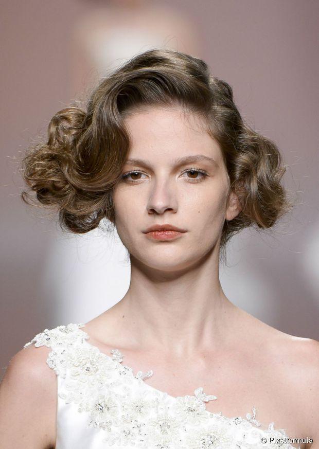 Volumized Hochsteckfrisuren für den Neu großen Haartrend