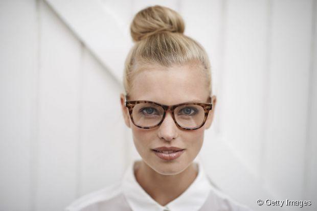 Frisuren für Brillen: versuchen Sie einen Haarknoten