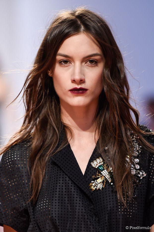 Frühling Neu Frisur Trend: lange gewellte Haare