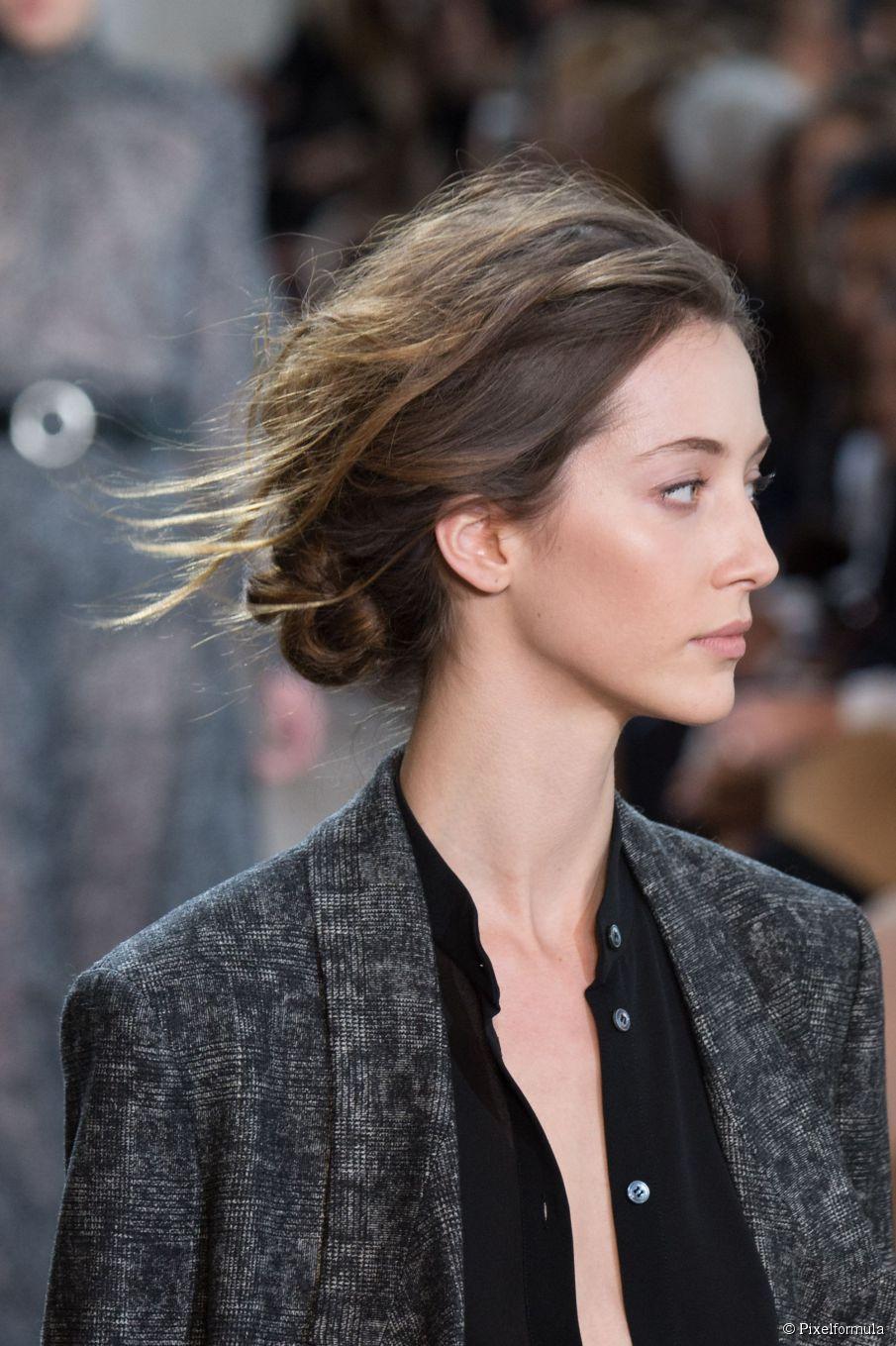 Die Herbstfrisur, die du überall tragen kannst: unordentlicher Chignon