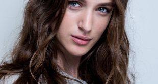 Trendige Frisuren: Strukturierte Wellen gegen geformte Locken