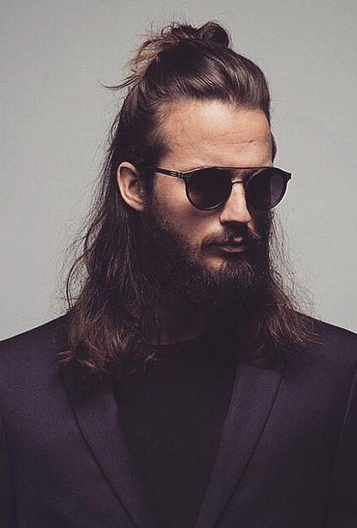 Herrliche Brötchen-Frisur der Männer