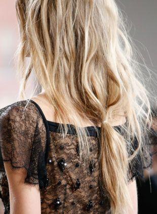 Im Trend chaotisch Frisuren: Zopf vs niedriger Pferdeschwanz