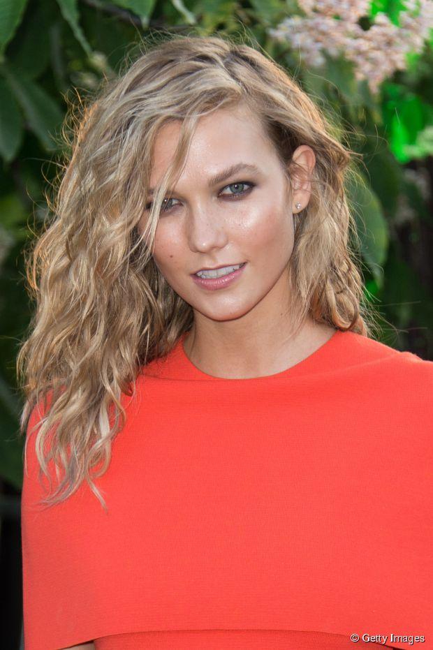 Wie bekommt man Karlie Kloss 'Strandwellen für mittellanges Haar?