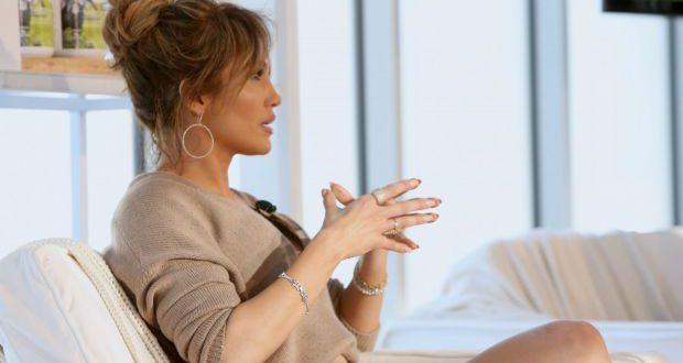 Jennifer Lopez Frisur Tutorial: zerzauste Brötchen Hochsteckfrisur
