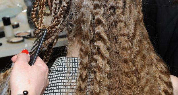 2 Möglichkeiten, Ihr Haar ohne eine Kräuselung zu crimpen