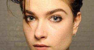 Musierte Wet-Look-Hochsteckfrisur für mittellanges Haar