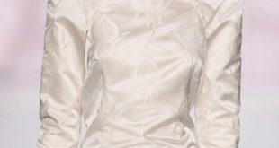 Braut-Hochsteckfrisur: Seitlicher Chignon mit floralem Stirnband