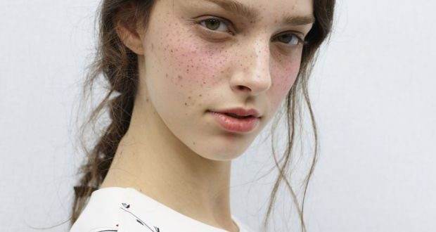 Unordentliche Frisuren: warum unvollkommenes Haar eigentlich perfekt ist
