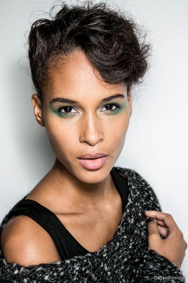 Eine perfekte französische Twist Hochsteckfrisur, um Ihr Make-up zu präsentieren - einfache Anleitung