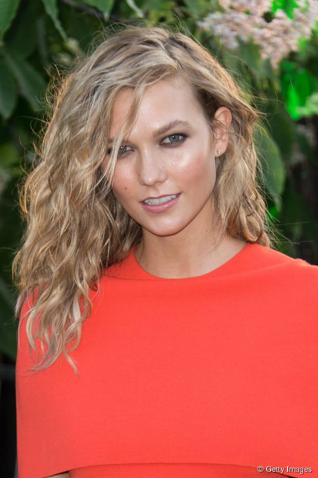 3 Wege, um glattes Haar aller Längen Textur hinzuzufügen