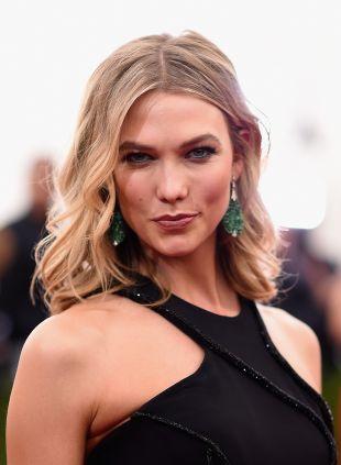 Karlie Kloss 'mittellanges Haar: wellig vs. gerade