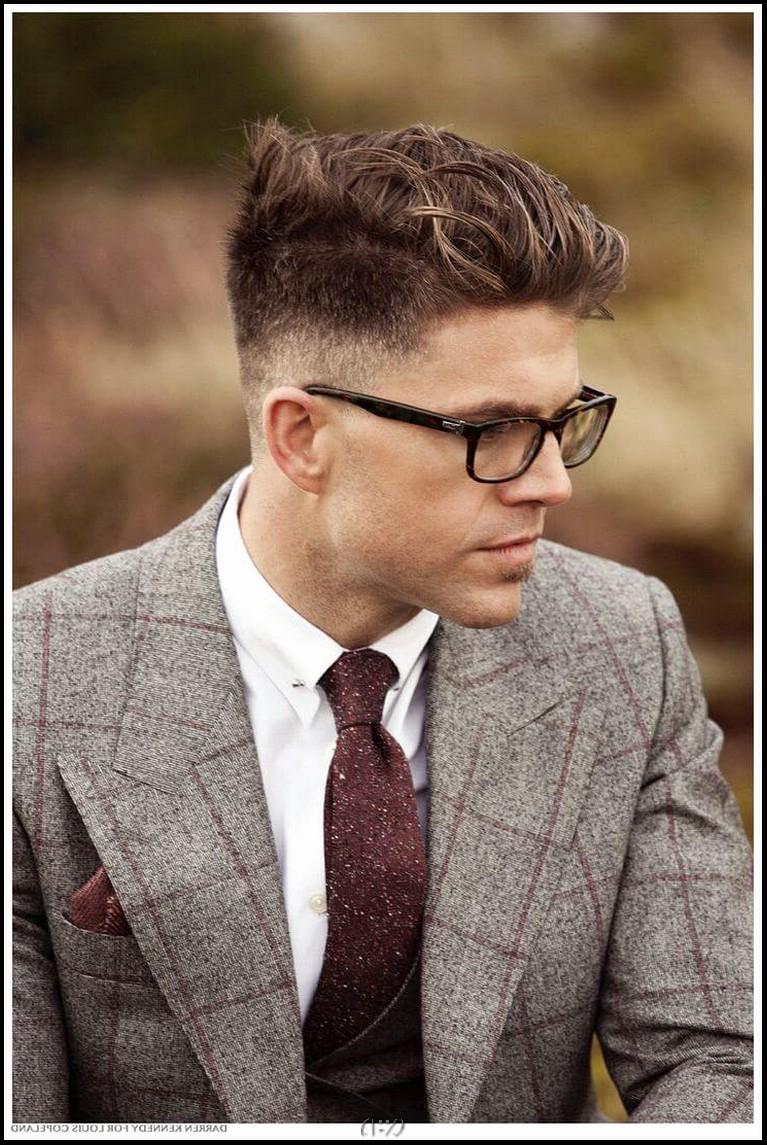 6 stilvolle Kamm über Haarschnitte für Männer
