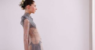 Hochzeitsfrisur mit Blumen von der Paris Fashion Week