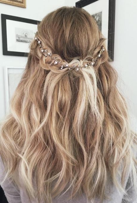 23 elegantesten und stilvollen Brautjungfer Frisuren