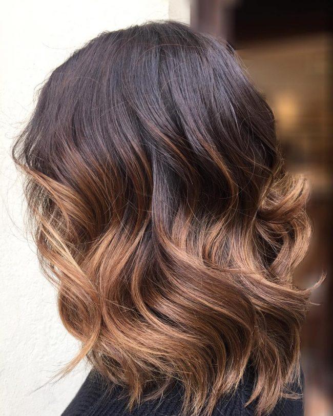Heißeste Frisur mit Karamell-Highlights