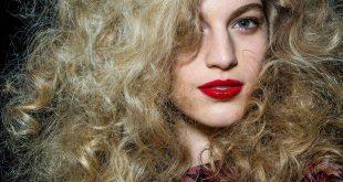 3 DIY Tricks, um Ihr Haar voluminös aussehen zu lassen
