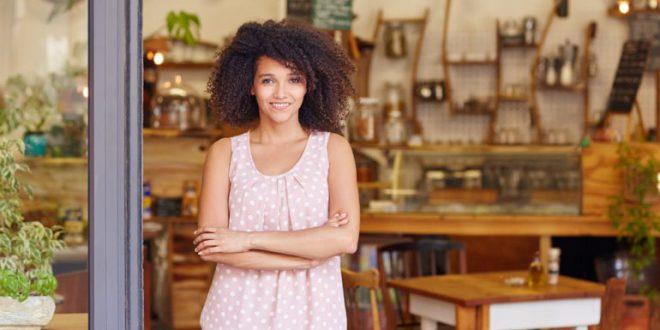 8 Ace kurze lockige Frisuren für schwarze Frauen