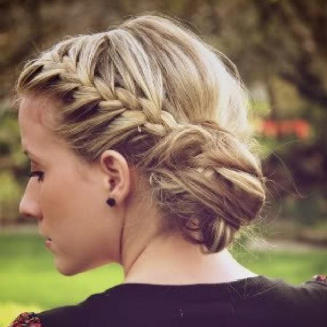 Nette umsponnene Brötchen-Frisuren Neu