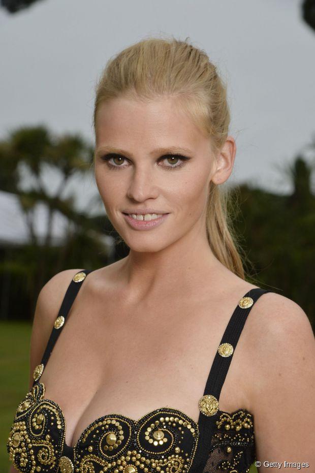 Cannes Party Frisur Anleitung: Lara Stones matter Pferdeschwanz